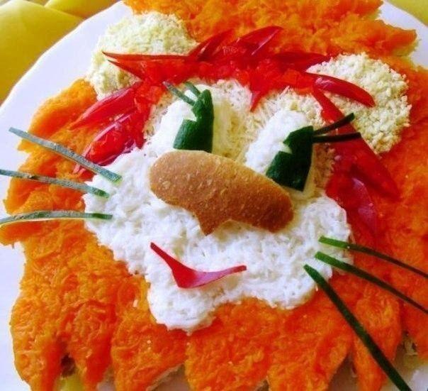 САЛАТ ДЛЯ ДЕТЕЙ «ЛЬВЕНОК»   Состав рецепта блюда 200 г мяса 150 г твердого сыра 3 яйца 2 вареных картофеля 1 огурец 1 вареная морковь ½ болгарского перца сметана хлеб  На крупной терке трем картофель и выкладываем его на блюдо в виде львиной гривы. Смазываем сметаной. Сверху присыпаем мелко нарезанным отварным мясом и снова обмазываем сметаной. Далее идут натертые на терке яйца + сметана. На яйца - тертый сыр. На сыр - морковная грива с измельченным болгарским перцем (их перца делаем рот)…