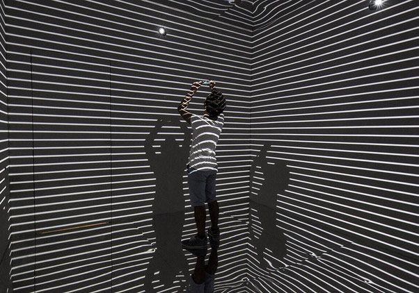 """Mekana özgü işler üreten Refik Anadol, sanatı, mimari ve şehir arasında ilişki kurarak çalışıyor. Üç boyutlu enstalasyonlarını görsel ve işitsel birer performansa dönüştüren sanatçı, Akbank Sanat'ta """"Monochrome""""isimli karma sergide yer alıyor."""