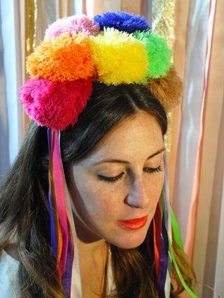 VINCHA POMPONES  Original vincha para usar en la tanda de carnaval! Pompones de lana de colores + cintas al tono También se pueden elegir los colores a tu gusto!  Conseguila en www.guisky.com.ar