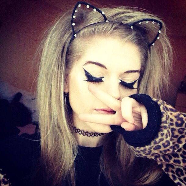(Fc Marina Joyce)) hey, im Marina. Im 17, love cats and photography, im emo. Intro?