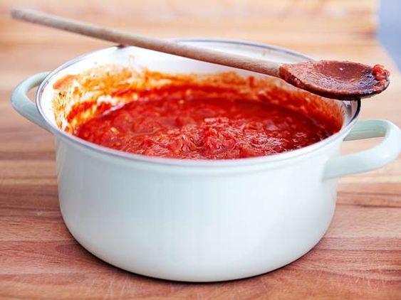 Hausgemachte Tomatensauce ist ein Muss auf Pizza oder Spaghetti. Die E …   – Rezepte