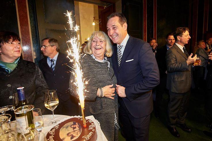 Gestern feierte ich mein 10-jähriges Jubiläum als Klubobmann des Freiheitlichen Parlamentsklubs. Ohne EUCH wäre dieser Erfolg der letzten Jahre nicht möglich gewesen. Ich werde meinen Weg genauso weitergehen wie bisher. Aus Liebe zu unserer Heimat Österreich ;-)