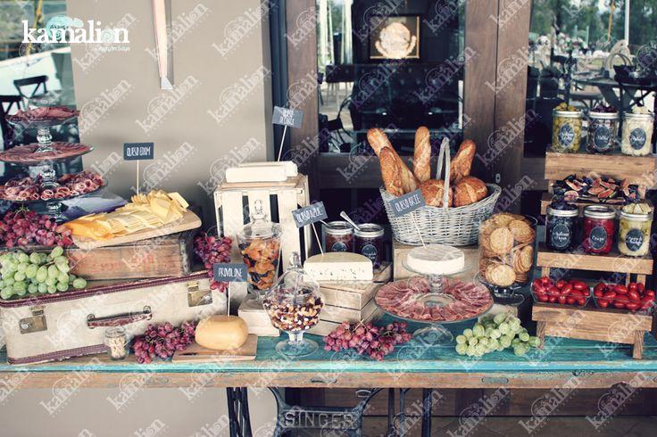 www.kamalion.com.mx - Mesa de Quesos / Botanas / Wedding / Vintage / Rustic Decor / Frascos / Jars / Cheese Table / Bread / Fruit / Frutas / Door / Uvas / Grape.