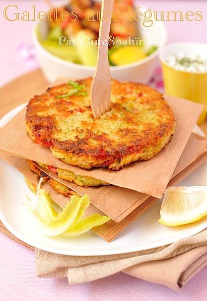 Galettes du soleil  Mettre 1 torchon dans une passoire et y déposer, râpés : 4pommes de terre, 1courgette, 1échalote, en dés : 1poivron rouge et 1 CS de persil, sel, poivre. Mélanger, recouvrir et laisser dégorger 30min. Presser fortement le torchon pour sortir l'eau des légumes   Mettre dans un saladier : les légumes, 1œuf,2 CS de farine; mélanger et former des galettes à l'aide d'emporte pièce (à retirer lors de la cuisson)    Les faire cuire chaque face 5min Accompagner d'une sauce au…