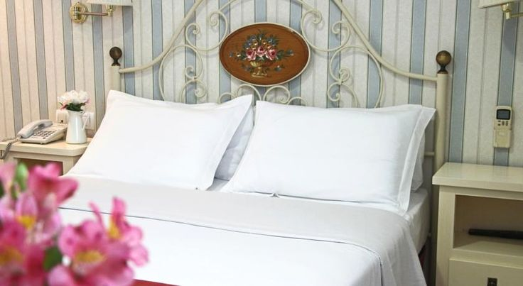 Puerta de Sevilla Sevilla Located just 10 minutes' walk from both the Royal Alcazar and Sevilla Cathedral, Puerta Sevilla offers air-conditioned rooms and a sun terrace with loungers. Free Wi-Fi is available.
