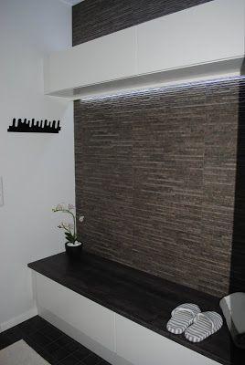 Modernisti Kodikas: Pukuhuoneesta saunaan. Yläkaapin ylä- ja alalaidassa led-listat. Penkin alla laatikot.