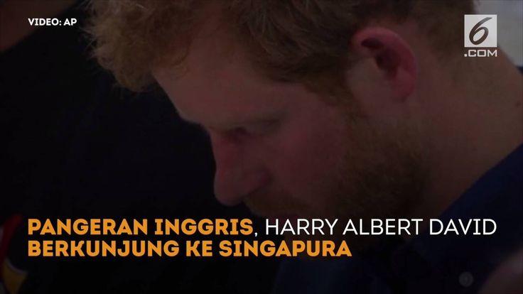 Pangeran Harry menyempatkan diri berbuka puasa berama komunitas muslim saat berkunjung ke Singapura
