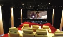 Salle Cinéma Privée 47 m2 installée à Nîmes. Trois teintes principales : Beige rouge et noir 7 sièges en cuirs beiges motorisés disposés en quinconce Scène sous l'écran de forme géométrique retro éclairée Murs recouverts de panneaux acoustiques noir Plafond acoustique total avec ciel étoilé Système d'enceintes Dolby 7.1 certifié THX Ultra 2 Ecran trans-sonore 4K format cinémascope 2:35 de 350cm de base Projecteur vidéo 4K Ultra HD de dernière génération