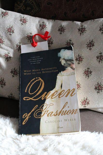 Päivänvarjon alla: Lolita reads: Queen of fashion.