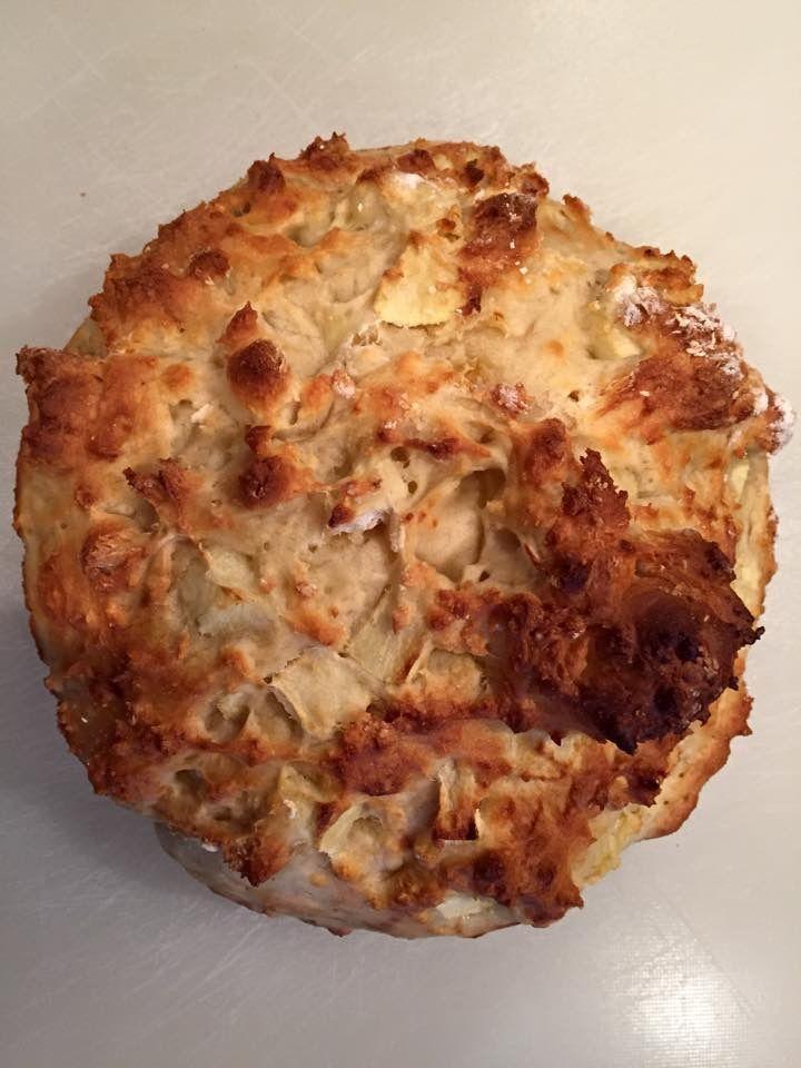 Kwarkbrood met appeltjes; 250 gr speltmeel, 1 ei, 250 gr Griekse yoghurt of kwark, 1/2 tl zout, 1/2 tl baksoda. Het brood kun je met allerlei ingrediënten vullen zoals rozijnen, kwark, kaneel enz. Mengen tot een bal en in een NIET voorverwarmde oven op 200 gr (afhankelijk van je oven natuurlijk) ongeveer 30 minuten bakken. De bal doe ik in een met bakpapier beklede taartvorm. Voor een hartige kwarkbrood kun je hem vullen met zongedroogde tomaatjes, olijfolie, oregano enz. Lékkerrrr!