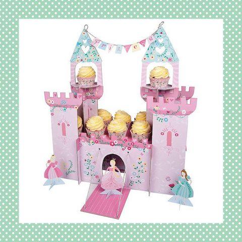 Dit kasteel mag niet ontbreken op de verjaardag van een echte prinses! Er zitten 4 prinsessen en een echte ophaalbrug bij. Als de verjaardag voorbij is, kun je hem óf weer inpakken óf gebruiken als speelgoed.  http://dekinderkookshop.nl/product/prinsessenkasteel-cupcakehouder/