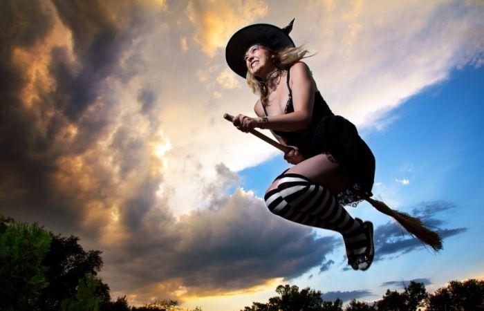 Магия, наркотики и интим: Как возник традиционный образ «ведьмы на метле» http://kleinburd.ru/news/magiya-narkotiki-i-intim-kak-voznik-tradicionnyj-obraz-vedmy-na-metle/  До ХХ века ведьмы почти всегда изображались как обнаженные красивые девушки. На сегодняшний день традиционный образ кардинально изменился. Теперь колдунья – это старуха в черном балахоне и остроконечной шляпе. Времена изменились, но остался главный и самый необычный атрибут чародейки – метла для полетов. Ведьмы прибывают на…