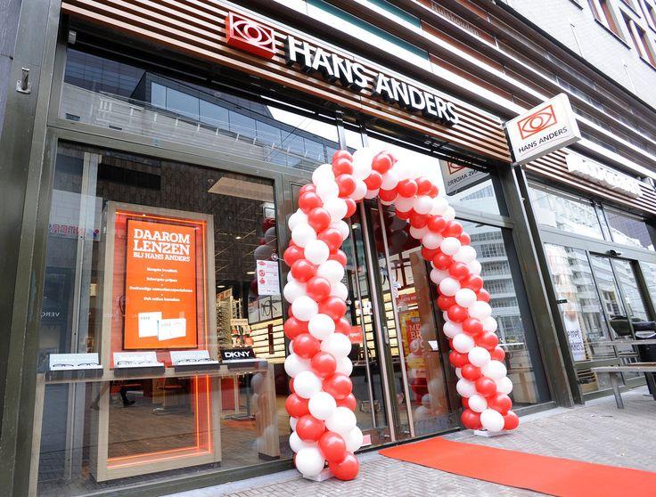 Gorinchem/Den Haag, 9 maart 2014 – Hans Anders heeft als eerste haar winkel aan de Grote Marktstraat in Den Haag volledig vernieuwd. Klanten zullen verrast worden door de inrichting en bewegwijzering van de bijna 150m2 grote winkel. Het moderne nieuwe interieur is opvallend warm en vriendelijk. Tegelijk is de winkel met grote portretfoto's en een rode accentkleur toch herkenbaar Hans Anders gebleven. In de druk bezochte vestiging van de optiekketen in het centrum van Den Haag treffen…