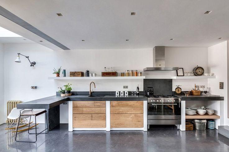 Realizzazione cucina moderna in muratura con il top in resina nera, in sintonia con il pavimento in cemento - stile maschile, moderno