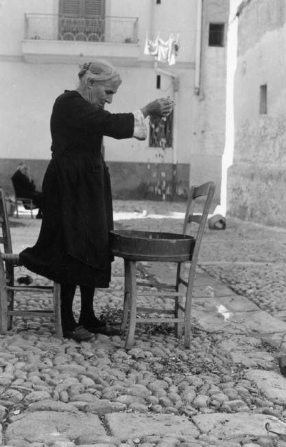 Ferdinando Scianna 1961 Bagheria: cleaning beans.