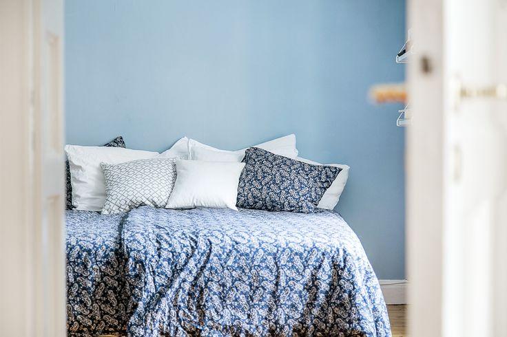 Sovrum blått hemnet bedding paisley