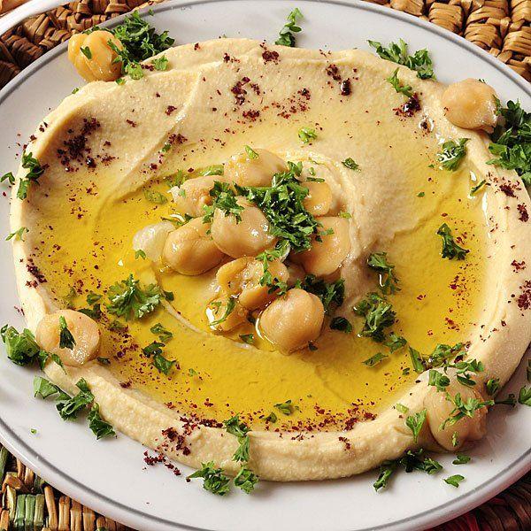 Este hummus, un puré de garbanzos, es un entrante sano, ligero, y lleno de nutrientes para los niños. Prepáraselo y verás cómo empiezan a comer legumbres.