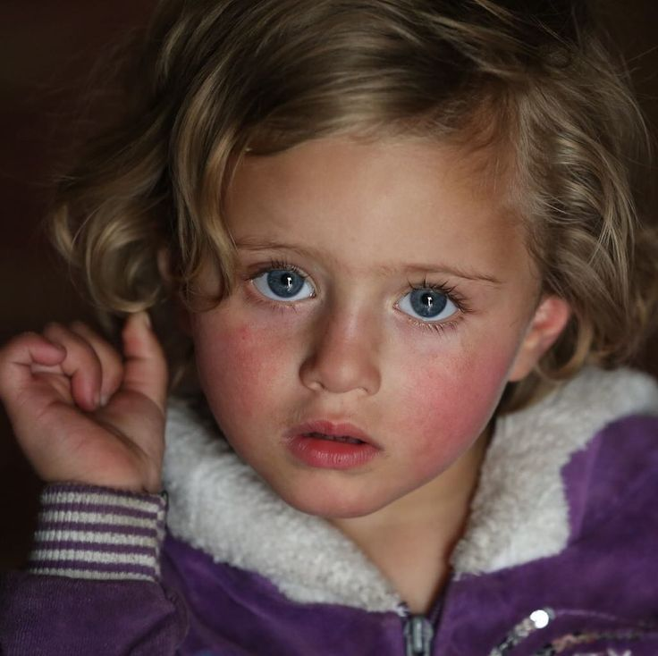 Lina is 5 years old and lives in Syria with her grandfather. One in three Syrian children like Lina have grown up only ever knowing crisis. They should be in school; playing, learning and living like any other child. Click the link in our bio and support Syrian children this winter. Photo: Unicef 2017 Almohibany #achildisachild #syria #children #hope #family