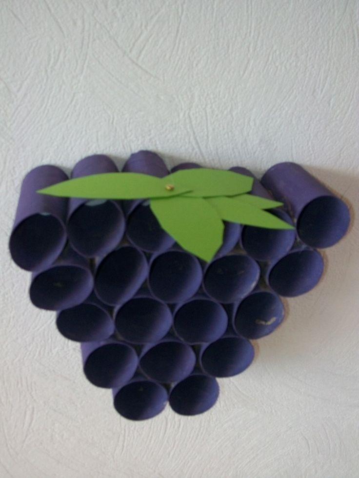 Une jolie grappe de raisin réalisée avec 20 rouleaux de papier toilette que nous avons collés les uns aux autres au pistolet à colle. Nous les avons peint en violet, et mis un peu de verdure ...