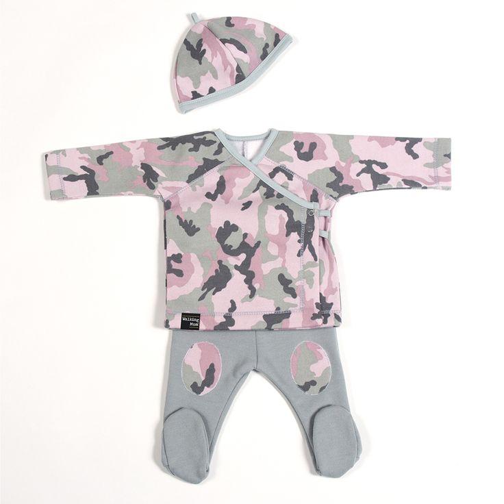 CAMOUFLAGE COLLECTION Conjunto de pijama y pañuelo tipo babero de primera puesta Camouflage rosa. Fabricado en punto 100% algodón. Disponible en talla 1 mes y 3 meses