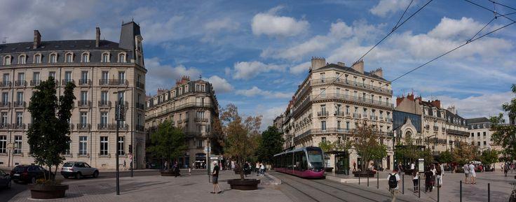 https://flic.kr/p/LLTbtx   Dijon, Place Darcy   Het Place Darcy vormt de toegang tot de oude binnenstad van Dijon, Frankrijk. De tram is geïntegreerd in het stadsbeeld.  Darcy Sq. is the entrance to the historic centre of Dijon, France. The tram is integrated in the city scape.