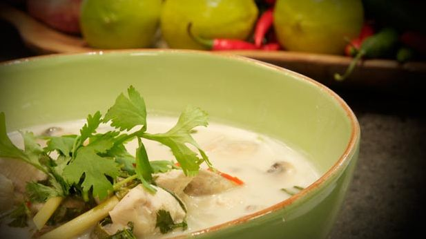 Opskrift på klassisk Tom kah gai, som er en thailandsk suppe med kokosmælk, kylling og galangarod.