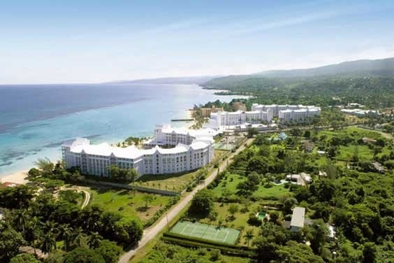 Located in the banks of the privileged beach Mammee Bay in Ocho Rios, Jamaica, the ClubHotel Riu Ocho Ríos (All Inclusive 24h) is surrounded by thick woods and waterfalls. ClubHotel Riu Ocho Rios - Hotel in Ocho Rios, Jamaica - RIU Hotels & Resorts