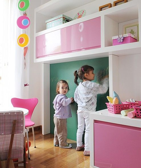 Crianças adoram pintar. Para que elas não escrevam nas paredes da casa, vale investir em uma lousa no quarto. Esta foi incluída no projeto depois da reforma