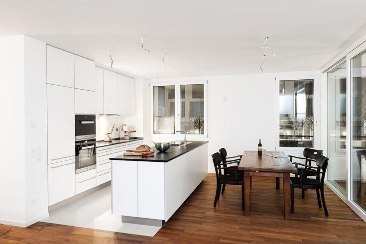 Elegante Weisse Kuche Mit Dunkler Arbeitsplatte Arbeitsplatte Dunkler Elegante Kochinsel House Furniture Design Kitchen Decor Modern Interior Decor