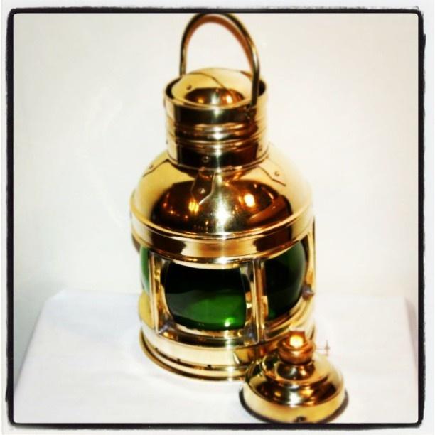 Mosiężna lampa okrętowa, mosiężna naftowa lampa żeglarska, stylowa naftowa morska lampa nawigacyjna, marynistyczna dekoracja, żeglarski prezent, upominek w morskim stylu, element żeglarskiego wystroju wnętrz, mosiądz i drewno, nautyk, morski dodatek, $90, Photo by http://marynistyka.org: Photo