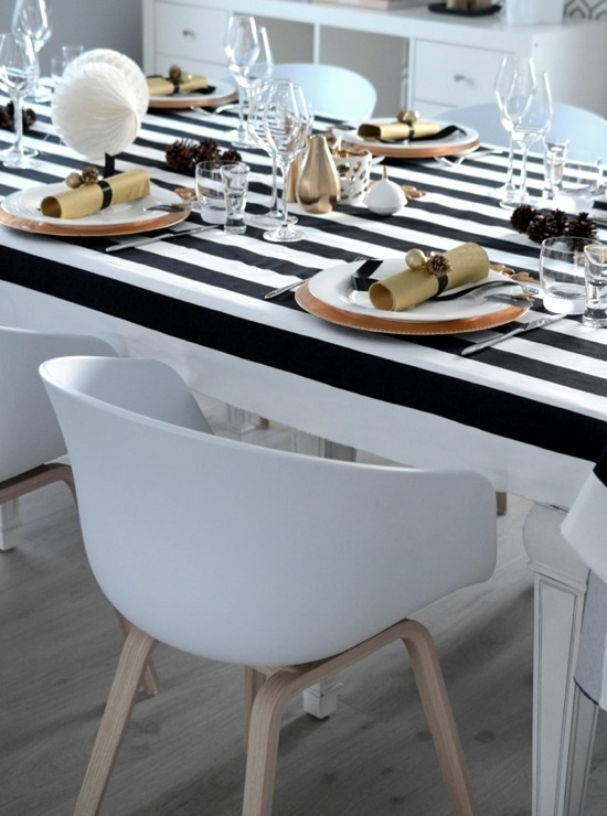 Fruen fra Trondheim: gold and black and white table setting
