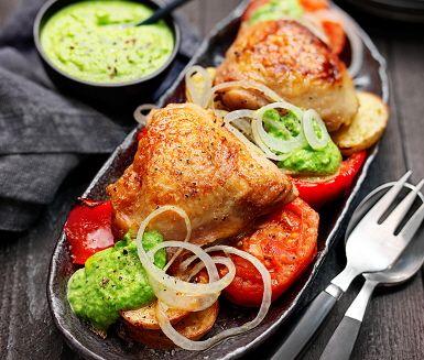 Vitlöksstekta kycklinglår med ärt- och basilikakräm är en måltid med fantastiska italienska smaker. Det är krämen som sätter en tydlig prägel i detta recept med smaker som ärtor och vitlök som mixats slätt. Receptet är signerat Paolo Roberto, gästkock i ICA Matkassen Inspiration.