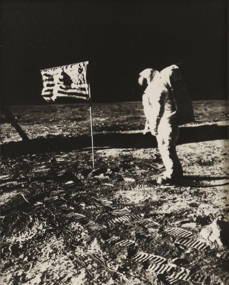 Vente du samedi 17 juin à 10h30 - lot 53 NASA - Neil Armstrong Buzz Aldrin devant le drapeau américain, Apollo 11, juillet 1969 Tirage argentique sur papier portant le numéro de négatif 69-9514 et la mention ROA-ASTRO ELECTRONICS DIV. au dos  H. 25,5 cm L. 20,5 cm