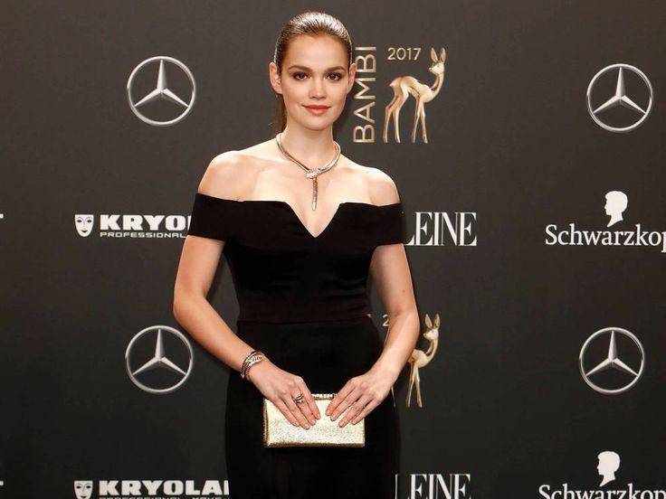 An Emilia Schüle führt im Kino aktuell kein Weg vorbei. Auch auf dem roten Teppich macht die 24-Jährige stets eine gute Figur. Was ist ihr Fashion-Geheimnis? Wer das Kino mag, kommt im Moment nur schwer an Emilia Schüle (24) vorbei. In gleich vier Filmen war die Schauspielerin 2017 bereits auf...