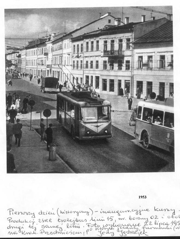 Komunikacja miejska w Lublinie, pierwszy trolejbus JATB-2. Z książki Lubelskie trolejbusy Krzysztofa Załuskiego dowiadujemy się, że te pojazdy z ZSRR miały drewniane nadwozie, tylko z zewnątrz obite blachą. Zostały wycofane z ruchu w 1957 roku. Zdjęcie z dnia inauguracji trojelbusów w Lublinie.