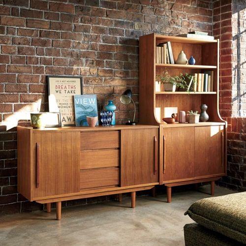 人気のチーク材の魅力を最大限に引き出した北欧風キャビネット。懐かしさの中にあたたかみを持つ、チーク材の美しい木目を活かしたオイルフィニッシュのシェルフです。省スペースで使いやすい引き戸式で、収納力とデザイン性を兼ね備えたリビング収納家具です。