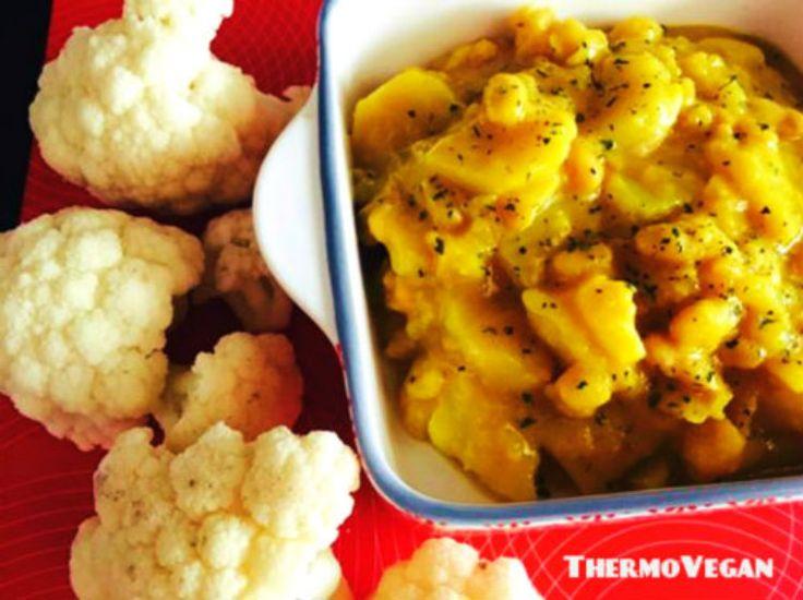 Delicioso y muy sabroso guiso vegano de cúrcuma cocinado con solamente tres ingredientes: coliflor, patatas y alubias. Con Thermomix más facil imposible.