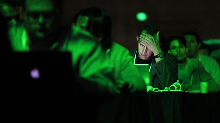 A patron works on his laptop during the Tech Crunch Disrupt conference in San Francisco, California, September 11, 2012.   REUTERS/Beck Diefenbach   (UNITED STATES - Tags: BUSINESS SCIENCE TECHNOLOGY TPX IMAGES OF THE DAY) - RTR37U1L