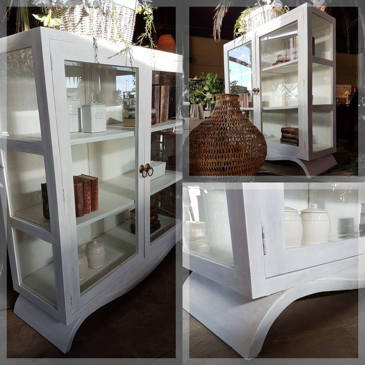 Paredes con colores intensos y muebles blancos son una combinación perfecta ya que conseguimos destacar el mueble en contraposición con los tonos oscuros de la habitación. ¿A que esta vitrina blanca quedaría espectacular en tu salón?