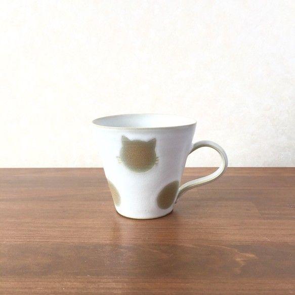 こめがまの人気デザイン『ねこ水玉』からマグカップデビュー!!赤土に白のマット質の釉薬で焼き上げました。色味が渋く模様の可愛い、渋可愛カップです。側面の二カ所が...|ハンドメイド、手作り、手仕事品の通販・販売・購入ならCreema。