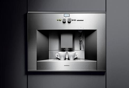 The Gaggenau CM 210, is a high-end professional coffee machine, just like the one in your local coffee bar. Espresso, cappuccino, latte macchiato; foarming milk and brewing coffee without any delay. The CM 210 is part of the Gaggenau 200 Series and therfore perfectly matches the range of ovens and combi-steam ovens. The CM 210 coffee machine can be combined with the warming drawer WS 261, for keeping your coffee cups warm.