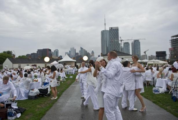 Toronto's Diner en Blanc pops up at Fort York - thestar.com