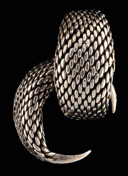 Paire de Bracelets Paire de bracelets en grosses torsades de fils d'argent se réunissant dans une partie pleine qui présente encore des traces d'anciennes gravures estompées par l'usage. Très belle patine.… - Pierre Bergé & associés - 05/06/2008