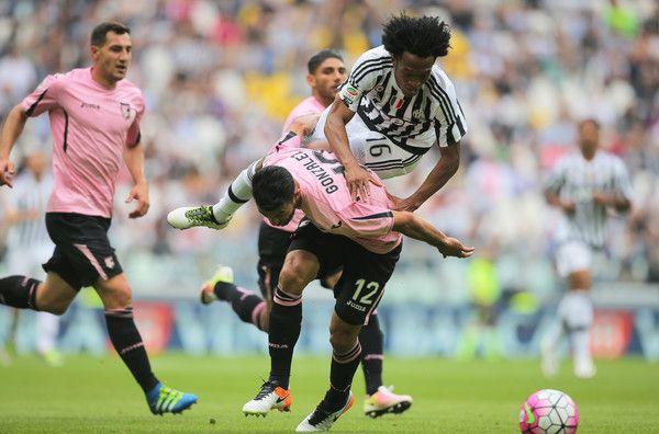 Juventus FC v US Citta di Palermo - Serie A - Giancarlo Gonzalez se bate con Juan Cuadrado