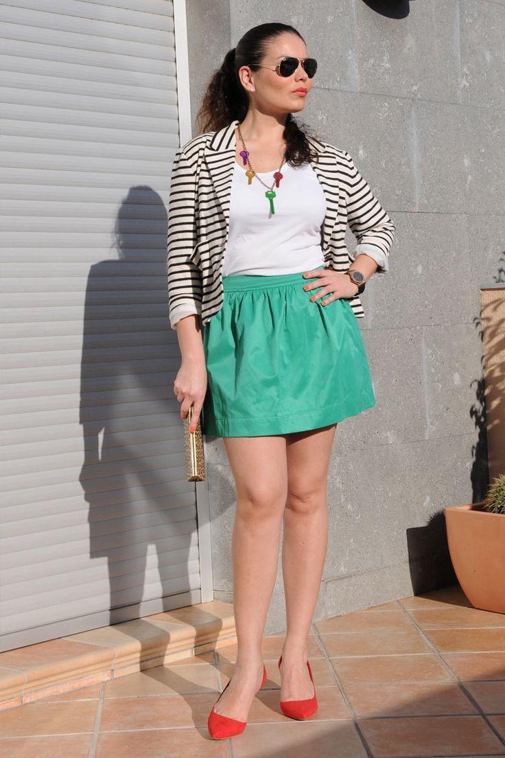 Look con falda corta verde, blazer de rayas y tacones rojos para Verano 2012