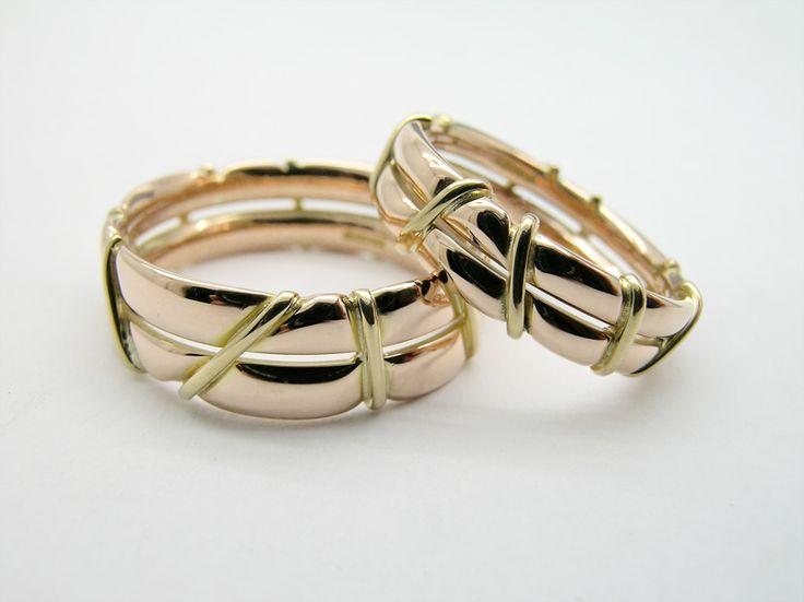 Złote obrączki ślubne oplecione złotym drutem