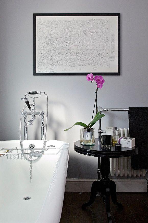 Love the use of a glam side table instead of the traditional bathroom furniture