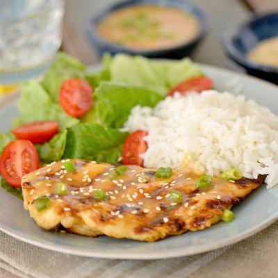 Pollo Asado con Salsa de Ciruela – Los sabores de ciruelas, jengibre y Sriracha complementan el pollo en esta receta fácil y más saludable. ¡Simplemente deliciosa!