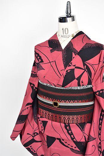 スモークがかったローズカラーに、影絵のような蝶々が染め出された注染レトロ浴衣です。
