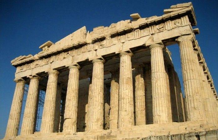 Колонны Парфенона. В Парфеноне было 46 внешних колонн и 23 внутренние колонны, но сегодня сохранились далеко не все. Кроме того, раньше в Парфеноне была крыша (в настоящее время ее нет).  Дизайн Парфенона является сейсмостойким, несмотря на то, что колонны храма довольно тонкие.  Источник: http://www.kulturologia.ru/blogs/040216/28313/